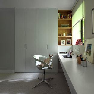 Aménagement d'un bureau contemporain avec un mur gris, moquette, un bureau intégré et un sol gris.