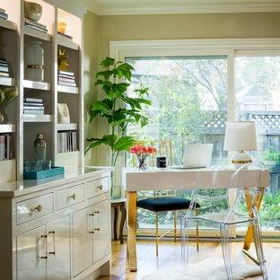Idee per un grande studio chic con scrivania autoportante, pareti gialle, parquet chiaro, nessun camino e pavimento marrone