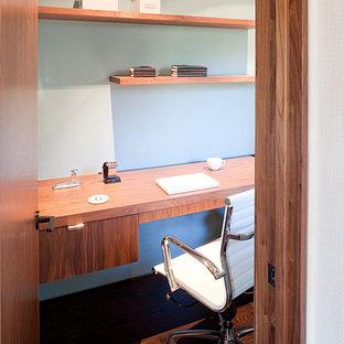 サンフランシスコのモダンスタイルのおしゃれなホームオフィス・書斎 (青い壁、濃色無垢フローリング、造り付け机) の写真