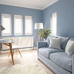 ロンドンのトランジショナルスタイルのおしゃれなアトリエ・スタジオ (青い壁、淡色無垢フローリング、自立型机) の写真