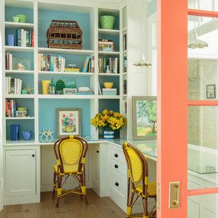 Свежая идея для дизайна: маленькое рабочее место в стиле кантри с синими стенами, встроенным рабочим столом, паркетным полом среднего тона и коричневым полом - отличное фото интерьера
