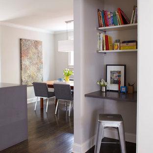 アトランタの小さいコンテンポラリースタイルのおしゃれな書斎 (グレーの壁、濃色無垢フローリング、造り付け机、暖炉なし) の写真