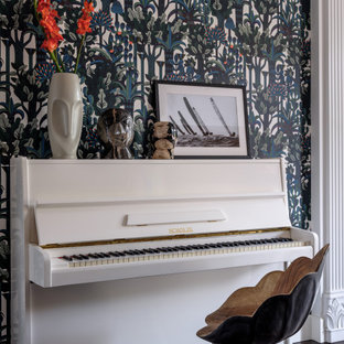 Cette photo montre un bureau de taille moyenne et de type studio avec un mur marron, un sol en bois foncé, un bureau indépendant, un sol marron et du papier peint.