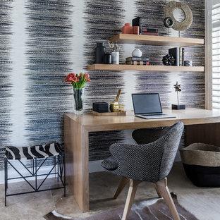 Großes Stilmix Arbeitszimmer mit Arbeitsplatz, bunten Wänden, Kalkstein, freistehendem Schreibtisch und beigem Boden in Sydney