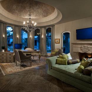 フェニックスの巨大なおしゃれなアトリエ・スタジオ (ベージュの壁、濃色無垢フローリング、標準型暖炉、石材の暖炉まわり、自立型机、茶色い床) の写真