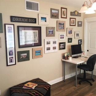 ロサンゼルスの中くらいのトラディショナルスタイルのおしゃれな書斎 (ベージュの壁、ラミネートの床、ベージュの床、自立型机) の写真
