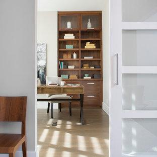 カルガリーの中サイズのトランジショナルスタイルのおしゃれなホームオフィス・仕事部屋 (グレーの壁、クッションフロア、自立型机) の写真