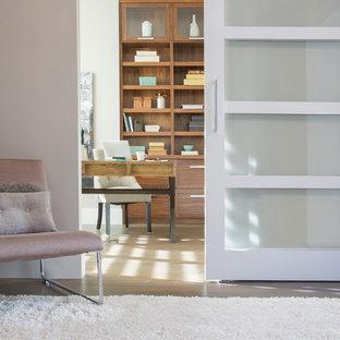 Mittelgroßes Klassisches Arbeitszimmer mit grauer Wandfarbe, Vinylboden und freistehendem Schreibtisch in Calgary