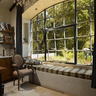 Immagine di uno studio mediterraneo con pareti beige