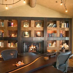 Идея дизайна: большой домашняя библиотека в стиле модернизм с бежевыми стенами, паркетным полом среднего тона, стандартным камином, фасадом камина из металла, отдельно стоящим рабочим столом, коричневым полом и сводчатым потолком
