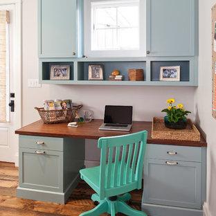 Inspiration för ett mellanstort rustikt arbetsrum, med mellanmörkt trägolv, ett inbyggt skrivbord och grå väggar
