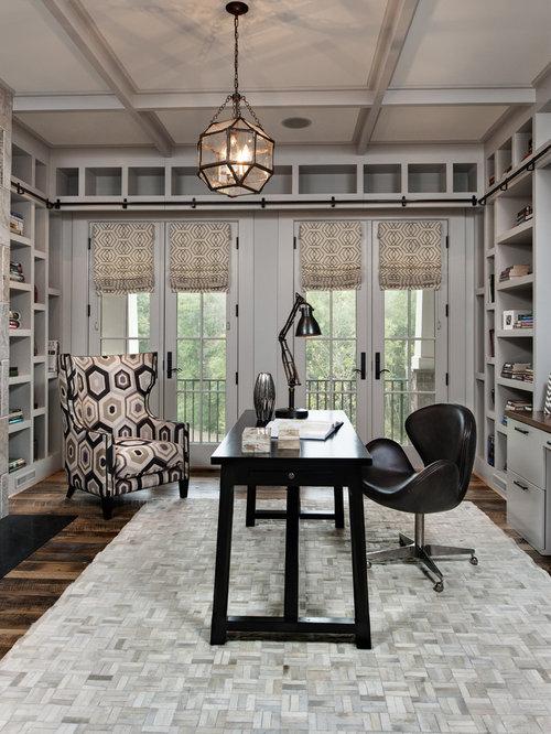 Rustikale arbeitszimmer mit dunklem holzboden ideen for Arbeitszimmer wandfarbe
