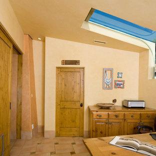サンタバーバラの中くらいのサンタフェスタイルのおしゃれな書斎 (ベージュの壁、自立型机、セラミックタイルの床、暖炉なし、ベージュの床) の写真