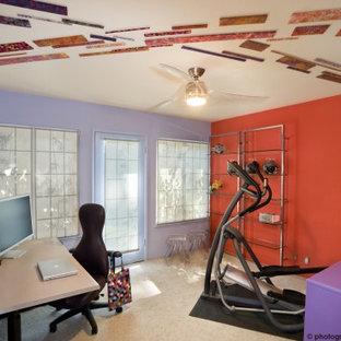 Стильный дизайн: кабинет в современном стиле с оранжевыми стенами, ковровым покрытием и отдельно стоящим рабочим столом - последний тренд