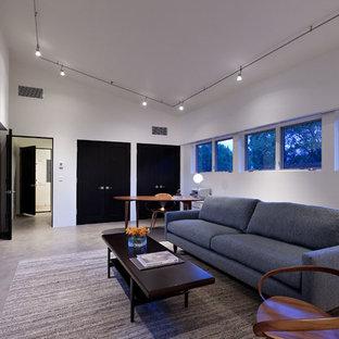 他の地域のコンテンポラリースタイルのおしゃれなホームオフィス・書斎 (白い壁、コンクリートの床、自立型机、ベージュの床) の写真