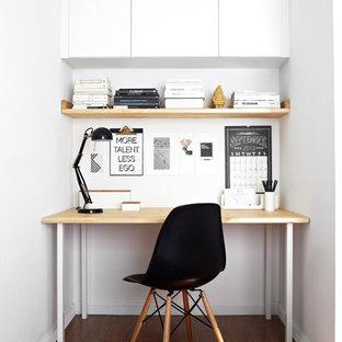 Cette photo montre un petit bureau scandinave avec un mur blanc, un sol en bois foncé et un bureau indépendant.