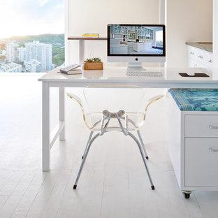 Новый формат декора квартиры: кабинет в современном стиле с белыми стенами, деревянным полом и отдельно стоящим рабочим столом
