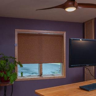 Immagine di un ufficio eclettico di medie dimensioni con pareti viola, nessun camino e scrivania autoportante