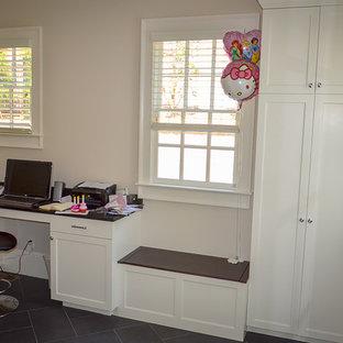 アトランタの広いトランジショナルスタイルのおしゃれなホームオフィス・書斎 (白い壁、スレートの床、造り付け机、黒い床) の写真