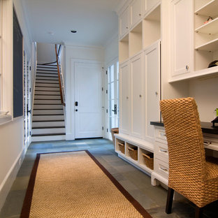 ヒューストンの中サイズのトラディショナルスタイルのおしゃれなホームオフィス・書斎 (ベージュの壁、スレートの床、暖炉なし、造り付け机) の写真