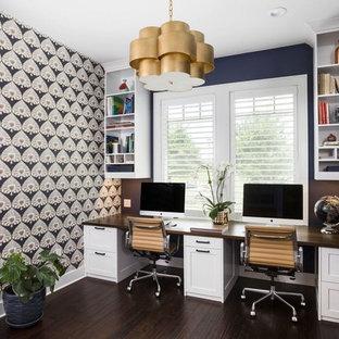 Idéer för mellanstora vintage hobbyrum, med blå väggar, mörkt trägolv, ett inbyggt skrivbord och brunt golv