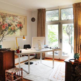 Exempel på ett eklektiskt arbetsrum, med grå väggar och ett fristående skrivbord