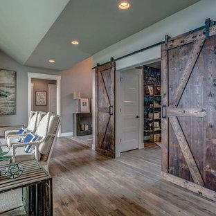 他の地域の中サイズのカントリー風おしゃれなホームオフィス・仕事部屋 (グレーの壁、ラミネートの床、自立型机、グレーの床) の写真