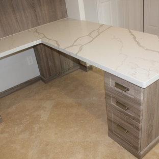 マイアミの中サイズのトランジショナルスタイルのおしゃれなホームオフィス・仕事部屋 (トラバーチンの床、造り付け机、ベージュの床) の写真