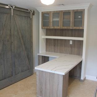 Foto di uno studio classico di medie dimensioni con pavimento in travertino, scrivania incassata e pavimento beige