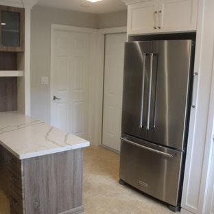 マイアミの中サイズのエクレクティックスタイルのおしゃれなホームオフィス・仕事部屋 (トラバーチンの床、造り付け机、ベージュの床) の写真