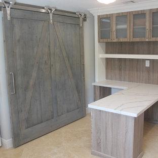 Diseño de despacho tradicional renovado, de tamaño medio, con suelo de travertino, escritorio empotrado y suelo beige