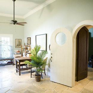 Idee per un ufficio boho chic di medie dimensioni con pareti verdi, pavimento in pietra calcarea, scrivania autoportante e pavimento beige