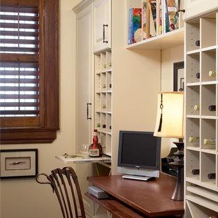 Diseño de despacho clásico, de tamaño medio, sin chimenea, con paredes blancas, suelo de pizarra y escritorio empotrado