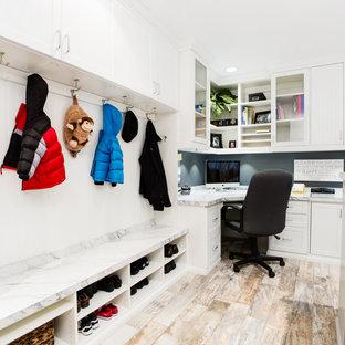 Bild på ett mycket stort funkis arbetsrum, med ett inbyggt skrivbord