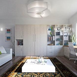 バンクーバーの小さいコンテンポラリースタイルのおしゃれな書斎 (グレーの壁、ラミネートの床、自立型机、茶色い床) の写真