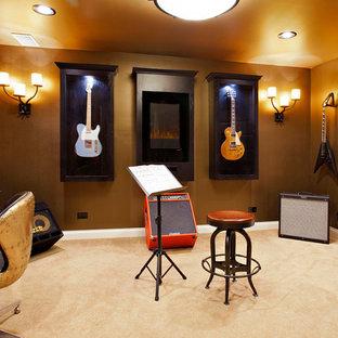 シカゴの小さいトランジショナルスタイルのおしゃれなアトリエ・スタジオ (茶色い壁、カーペット敷き、自立型机) の写真