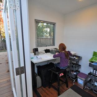 Inspiration pour un petit bureau minimaliste avec un mur blanc, sol en stratifié et un bureau indépendant.