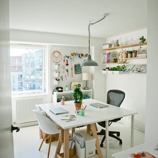 Imagen de sala de manualidades escandinava con paredes blancas, suelo de madera pintada y escritorio independiente