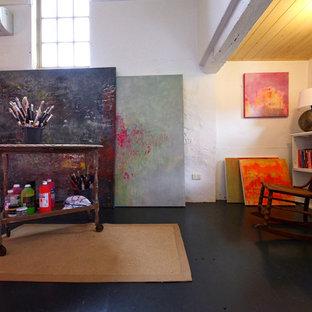 アデレードのカントリー風おしゃれなホームオフィス・書斎 (黒い床) の写真