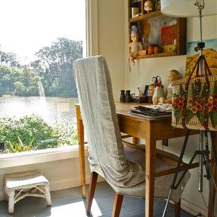 Foto di uno studio boho chic con pavimento in legno verniciato e pavimento grigio