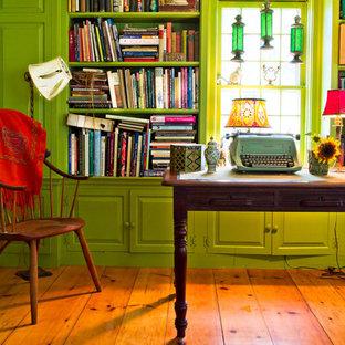 ニューヨークのカントリー風おしゃれなホームオフィス・書斎 (緑の壁、茶色い床) の写真
