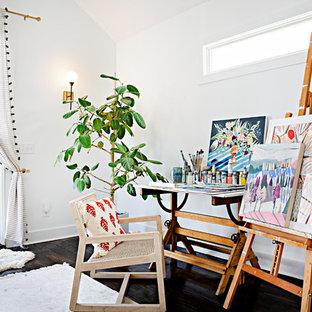 Idée de décoration pour un bureau style shabby chic de type studio avec un mur blanc, un sol en bois foncé, aucune cheminée et un bureau indépendant.