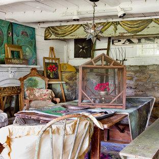 ニューヨークのシャビーシック調のおしゃれなアトリエ・スタジオ (白い壁、無垢フローリング、標準型暖炉、自立型机) の写真