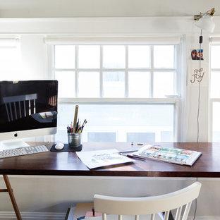 Ispirazione per un atelier country di medie dimensioni con pareti grigie, camino classico e scrivania autoportante