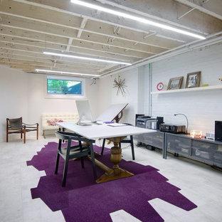 Minimalistisk inredning av ett stort arbetsrum, med vita väggar, klinkergolv i porslin, ett fristående skrivbord och vitt golv
