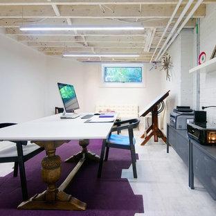 Неиссякаемый источник вдохновения для домашнего уюта: большая домашняя мастерская в скандинавском стиле с белыми стенами, полом из керамогранита и отдельно стоящим рабочим столом