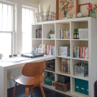 コロンバスの中サイズのエクレクティックスタイルのおしゃれな書斎 (ベージュの壁、濃色無垢フローリング、暖炉なし、造り付け机) の写真