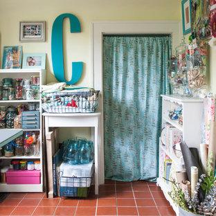 Foto di una piccola stanza da lavoro eclettica con pareti gialle, pavimento in terracotta, nessun camino e scrivania autoportante