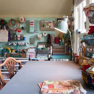 Свежая идея для дизайна: маленький кабинет в стиле шебби-шик с местом для рукоделия, отдельно стоящим рабочим столом и полом из терракотовой плитки без камина - отличное фото интерьера