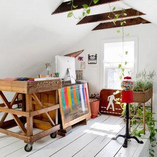 Esempio di un ufficio bohémian con pareti bianche, pavimento in legno verniciato e scrivania autoportante